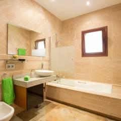 Baño con bañera: Baños de estilo  de Diego Cuttone - Arquitecto