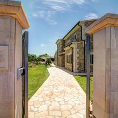 Entrada de la villa: Casas unifamilares de estilo  de Diego Cuttone - Arquitecto