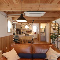 Surfer's House: 菅原浩太建築設計事務所が手掛けたリビングです。