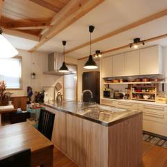 キッチン: 菅原浩太建築設計事務所が手掛けたシステムキッチンです。