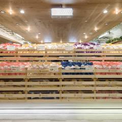 あおざしからり LUMINE  新宿店: 株式会社KAMITOPEN一級建築士事務所が手掛けた商業空間です。