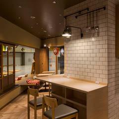 「縁側 」: 株式会社KAMITOPEN一級建築士事務所が手掛けたレストランです。