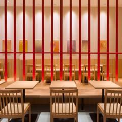 「炉を切る」: 株式会社KAMITOPEN一級建築士事務所が手掛けたレストランです。