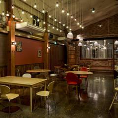 「無限の組み合わせ」: 株式会社KAMITOPEN一級建築士事務所が手掛けたレストランです。