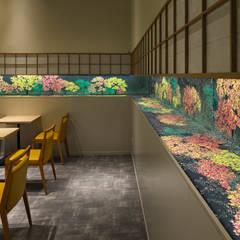 「池泉庭園」: 株式会社KAMITOPEN一級建築士事務所が手掛けたレストランです。