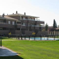 Diseño de una urbanización en la Zubia, Granada: Casas multifamiliares de estilo  de dcr arquitecto