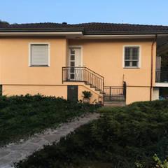 portare una casa anni 80 ai giorni nostri: Casa unifamiliare in stile  di Arch. Francesco Antoniazza - Dimore di Lago