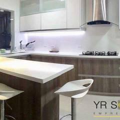 Cocina La Encantada - Villa : Cocinas de estilo moderno por YR Solutions