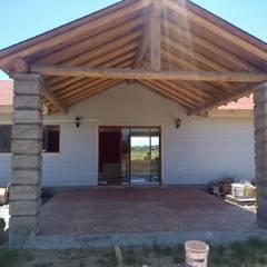 Casas unifamiliares de estilo  por Ingeniería y Construcción Santa Raquel ltda.