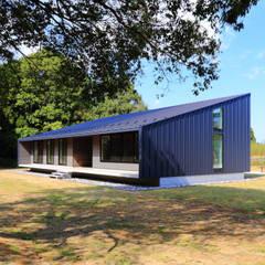 建物外観(南西から): TAPO 富岡建築計画事務所が手掛けた別荘です。