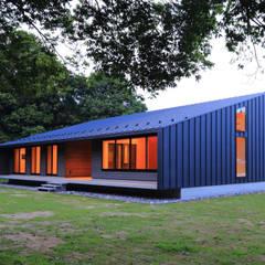 建物外観(南西からの夜景): TAPO 富岡建築計画事務所が手掛けた別荘です。