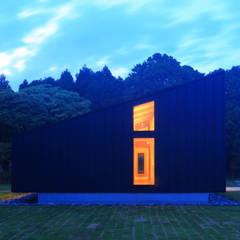 建物外観(南からの夜景): TAPO 富岡建築計画事務所が手掛けた別荘です。
