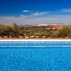 Chalet en Arcos Garden (Cádiz): Piscinas de estilo  de Idearte Marta Montoya