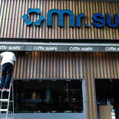 Restaurante de Sushi 🍣: Comedores de estilo minimalista por Designo Arquitectos