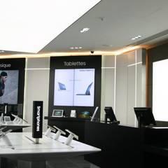 SUMSUNG: Espaces commerciaux de style  par LIGHTTING