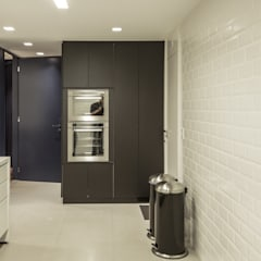 Área de serviço: Cozinhas embutidas  por 285 arquitetura e urbanismo