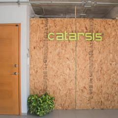 Vestíbulo : Oficinas y tiendas de estilo  por Constructora e Inmobiliaria Catarsis