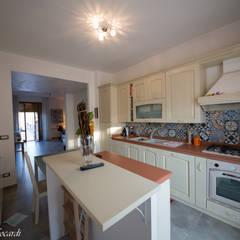 Casa A+M+L: Cucina in stile in stile Classico di Alessia Nonnoni Architetto