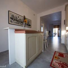 Casa A+M+L: Cucina attrezzata in stile  di Alessia Nonnoni Architetto