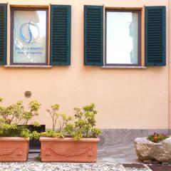 Ingresso: Cliniche in stile  di Daniele Piazzola architetto