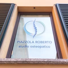 Vetrofania: Cliniche in stile  di Daniele Piazzola architetto