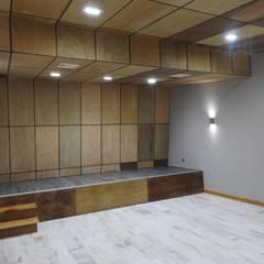 Micro Boulevard Patio Condell: Salas multimedias de estilo  por U.R.Q. Arquitectura,