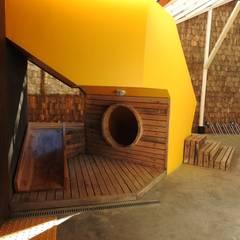 Rincón de Juegos Infantiles bajo escalera PATIO CONDELL: Escaleras de estilo  por U.R.Q. Arquitectura