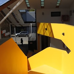 PATIO CONDELL: Pasillos y hall de entrada de estilo  por U.R.Q. Arquitectura