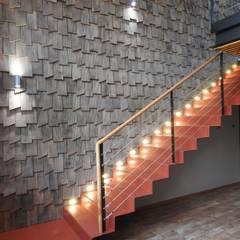 ESCALERA METAL DEPLEGADO INTERIOR CASONA PATIO CONDELL: Escaleras de estilo  por U.R.Q. Arquitectura