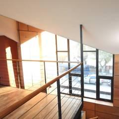 ALTILLO RESTAURANTE PATIO CONDELL: Escaleras de estilo  por U.R.Q. Arquitectura