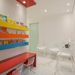 Recepção e sala de espera: Clínicas  por Flaviane Pereira