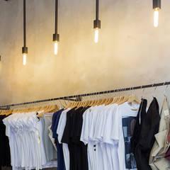 Luce solo dove serve.: Negozi & Locali commerciali in stile  di RcK Rationality