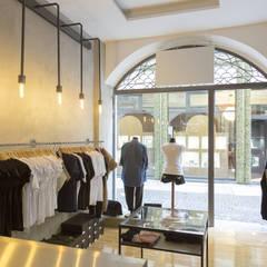 Lo spazio interno.: Negozi & Locali commerciali in stile  di RcK Rationality