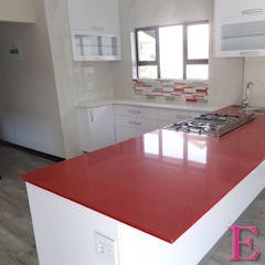 Ultra Modern Kitchen with Red Focalpoint:  Built-in kitchens by Ergo Designer Kitchens and Cabinetry