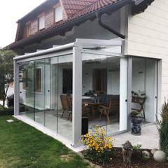 Schmidinger Sommergarten mit Schiebewänden für flexible Öffnungsmöglichkeiten:  Wintergarten von Schmidinger Wintergärten, Fenster & Verglasungen