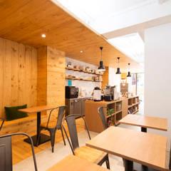 ノートコーヒーハウス: on2 Architects 建築設計事務所が手掛けたレストランです。