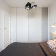 mieszkanie z Matrioszką - sypialnia wg www.gackowska.pl: styl , w kategorii Sypialnia zaprojektowany przez GACKOWSKA DESIGN