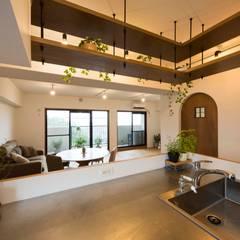 「和モダン」大島製靴店!光とニッチが織りなす空間: on2 Architects 建築設計事務所が手掛けたキッチン収納です。