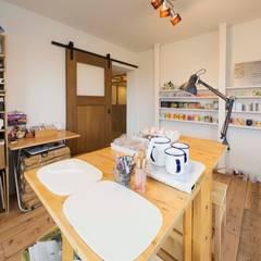 「和モダン」大島製靴店!光とニッチが織りなす空間: on2 Architects 建築設計事務所が手掛けた書斎です。