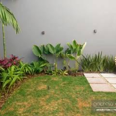 Garden by Gabriela Araujo Arquitetura e Paisagismo, Tropical
