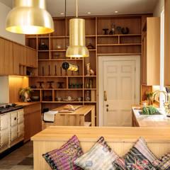 The Georgian Manor House Kitchen :  Kitchen by Papilio