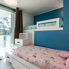 Casa MM: Stanza dei bambini in stile in stile Moderno di Elia Falaschi Photographer