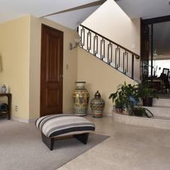 Casa en Lomas de Virreyes: Escaleras de estilo  por NettelHaus