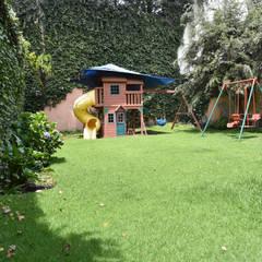 Casa en Lomas de Virreyes: Jardines de estilo clásico por NettelHaus