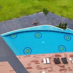 พื้นรอบสระว่ายน้ำ:  สระว่ายน้ำ โดย QWOOD by AN EMPIRE,