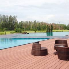 พื้นรอบสระว่ายน้ำ:  ระเบียงและโถงทางเดิน by QWOOD by AN EMPIRE
