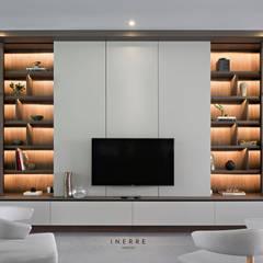 : Ruang Keluarga oleh INERRE Interior, Modern