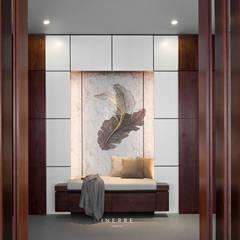 : Koridor dan lorong oleh INERRE Interior,