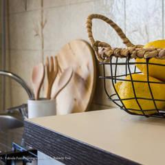 TROPICAL CHIC - Home Staging in un appartamento in città: Cucina in stile  di Fabiola Fusco -  Architetto e Home Stager