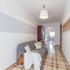Casa Lya Home Staging per la Microricettività: Ingresso & Corridoio in stile  di Anna Leone Architetto Home Stager